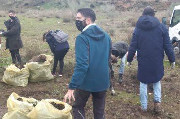 """Voluntarios de la Fundación Ecoalf participan en una jornada de recogida de residuos del Proyecto """"Limpia Ríos, salva Océanos"""" en El Molar."""