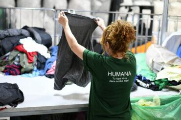 Humana recupera 54.000 prendas de ropa en El Molar durante el primer semestre para darles una segunda vida